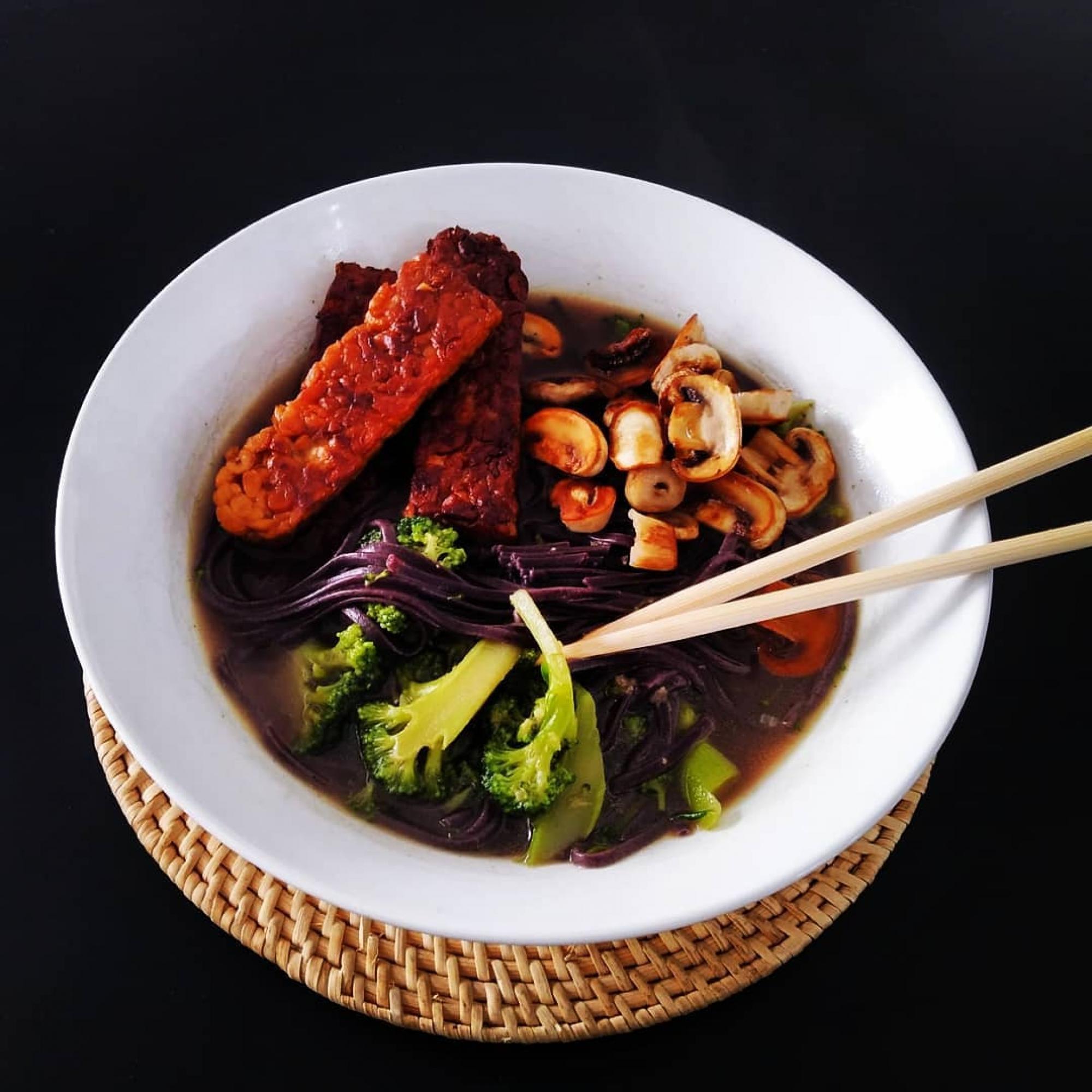 Hoy cenamos sopa estilo asiático con noodles, verduras y tempeh. 😋😋 Muy completo y rápido!  #sitgesverd #sitgesvida #sitges #sitgesfood