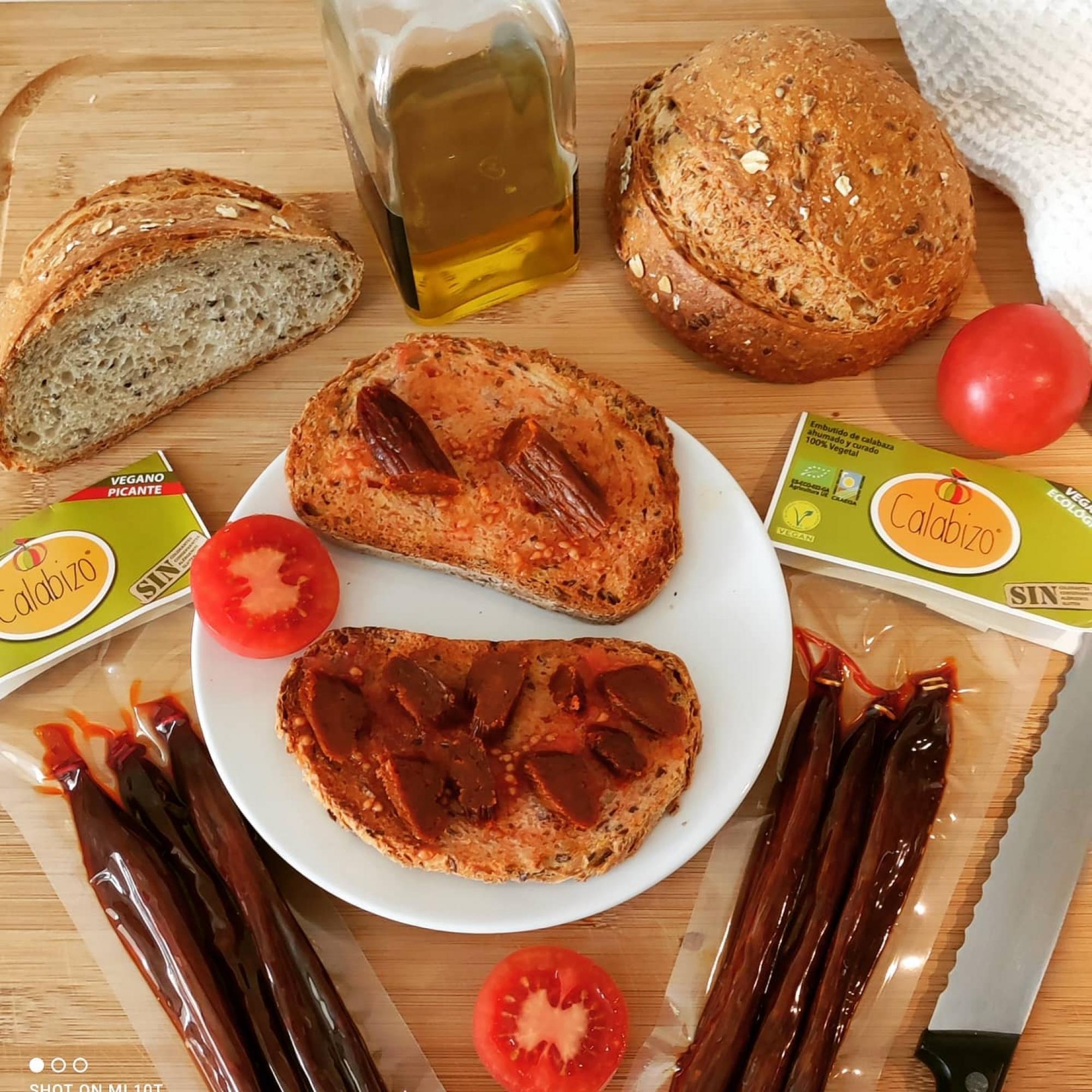 Benvingut a Sitges, Calabizo! 👋 El chorizo vegano que está bueno de verdad, porque sigue la receta tradicional del chorizo gallego de calabaza, curado y ahumado con madera de roble. Además de la calabaza, lleva 6 ingredientes naturales y reconocibles: cebolla, ajo, pimentón, orégano, sal y aceite de oliva virgen extra.   Vaya desayuno más 🔝 hemos hecho hoy en #sitgesverd. Tenéis que probarlo!  💚 100% vegetal ♥️ 0% colesterol  ☺️ 0% remordimientos 😋 100% disfrute  #sitges #sitgesfood #sitgeslife #sitgesvida #singluten #vegan #comerciolocal